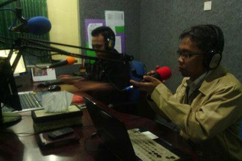 Ustadz Achmad Sukron Mengisi Kajian On Air di Radio Sham Suara Muslim Surabaya